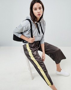 Спортивные брюки с широкими штанинами и полосками по бокам ASOS DESIGN-Зеленый