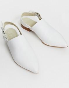 Кожаные туфли на плоской подошве с острым носом и ремешком через пятку ASOS DESIGN-Кремовый