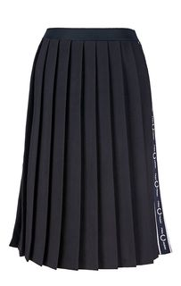 Расклешенная юбка синего цвета с нашивками Fred Perry