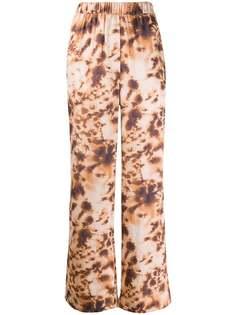 Nanushka брюки широкого кроя с принтом тай-дай