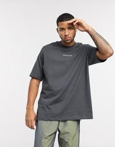 Серая футболка с логотипом и вышивкой на спине adidas Originals-Серый