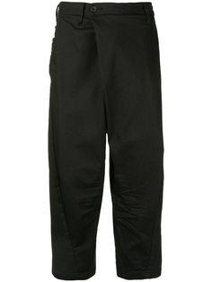 Julius укороченные джинсы со складкой спереди
