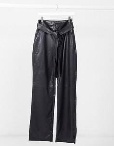 Черные брюки из искусственной кожи прямого кроя с поясом NA-KD-Черный
