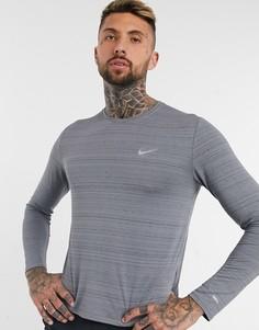 Серый лонгслив Nike Running Essentials