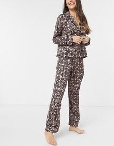 Классическая пижама с рубашкой и брюками из атласа коричневого цвета с монограммой ASOS DESIGN premium-Коричневый