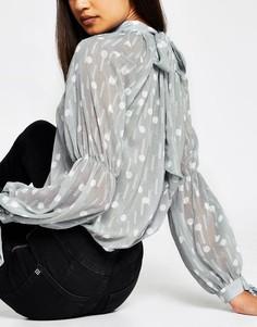 Серебристая блузка в горошек с эффектом металлик и завязкой на вороте River Island-Серебристый