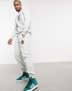 Серые флисовые джоггеры с университетской эмблемой от комплекта adidas Originals-Серый