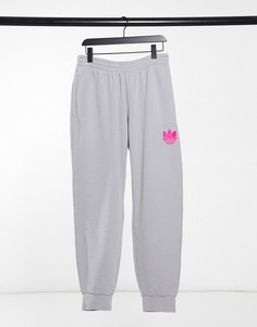 Серые джоггеры с розовым трилистником в стиле 3D adidas Originals-Серый
