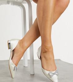 Атласные туфли для широкой стопы цвета слоновой кости наплоской подошве с отделкой Be Mine Bridal Andi-Белый
