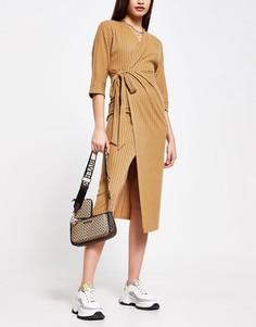 Вязаное уютное платье миди с начесом и запахом бежевого цвета River Island-Коричневый цвет