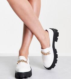 Белые туфли на плоской толстой подошве с эффектом крокодиловой кожи и золотистой цепочкой для широкой стопы RAID Alessio-Белый