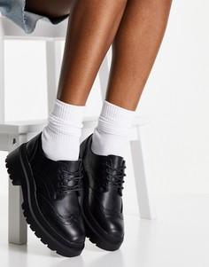 Черные броги на шнуровке и плоской подошве schuh Larson-Черный цвет