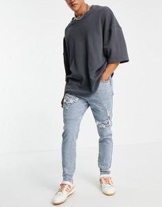 Выбеленные зауженные джинсы с рваной отделкой с заплатками из белой ткани с платочным принтом Liquor N Poker-Голубой