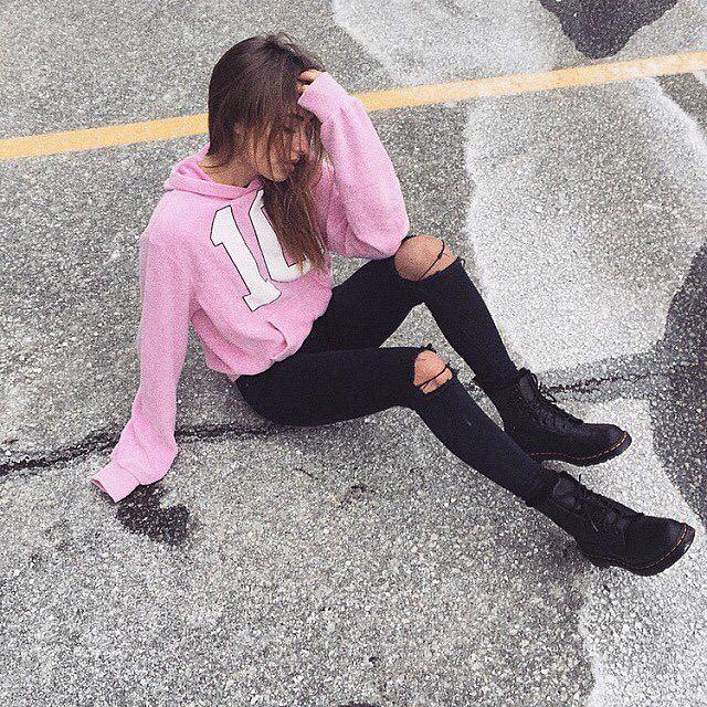 Соня отдыхает сидя на асфальте