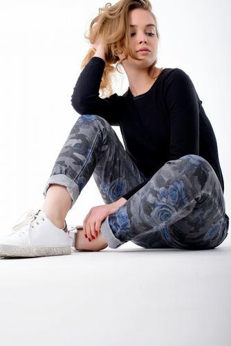 Женские джинсы с цветочным принтом