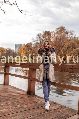 Бежевая парка с натуральным мехом чернобурки